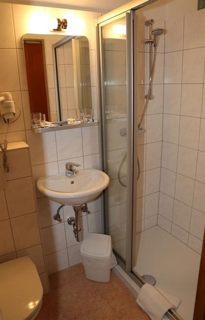 Double room, shower, toilet, west