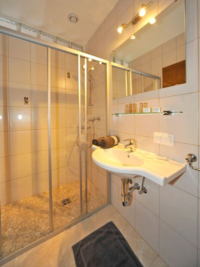 Family room, shower, toilet
