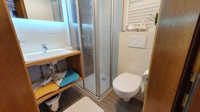 Double room, shower, toilet, north