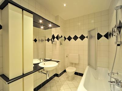 4-bed room, shower or bath, toilet