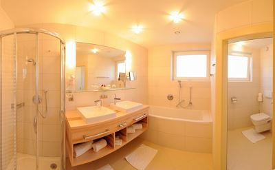 Suite, shower and bath, toilet, east