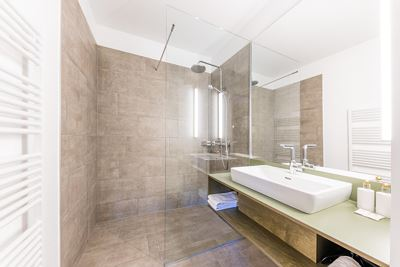 Apartment, separate toilet and shower/bathtub, facing the garden